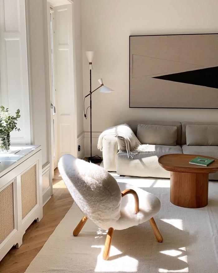 kleines zimmer gestalten, wandfarbe cappuccino, eirnichtungsideen wohnzimmer, flauschiger sessel
