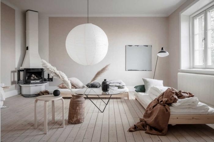 wandfarbe cappuccino, einrichtung in skandinavischem stil, runde leuchte, natürliche materialien