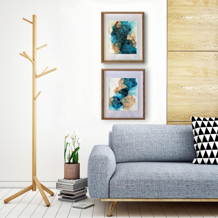 wandfarben trends wohnzimmer, weiße wand, graues sofa, abstrakte bilder, kissen mit geometrischem motiv