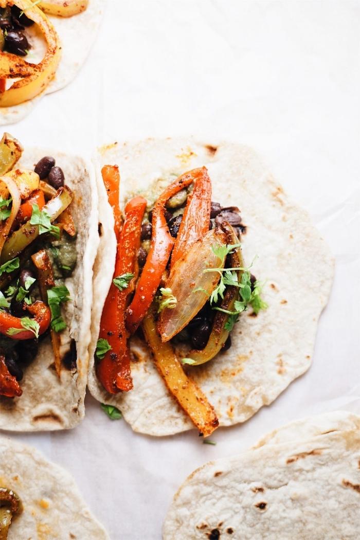 was koche ich heute, gesunde tacos mit paprika, zwiebel und pilzen, leckere schnelle rezepte
