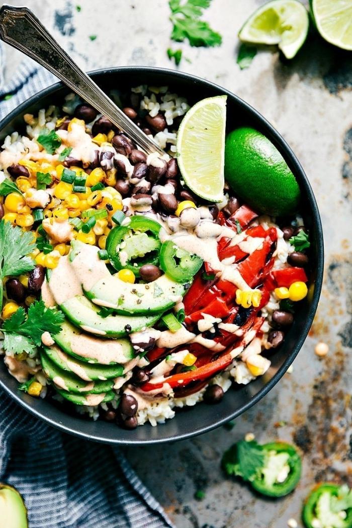 was koche ich heute mittag, gesund essen, schnelles gericht mit reis, gemüse und avocado
