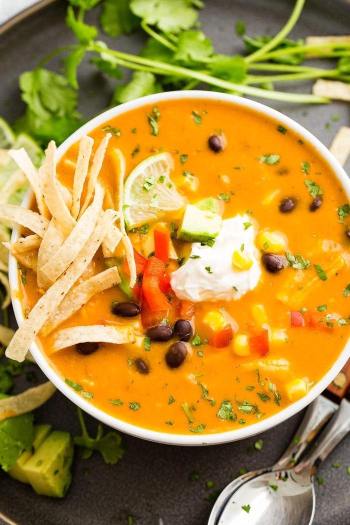 was koche ich heute mittag, tortilla suppe mit schwarzen bohnen, mais und sauerrahm, cremesuppe