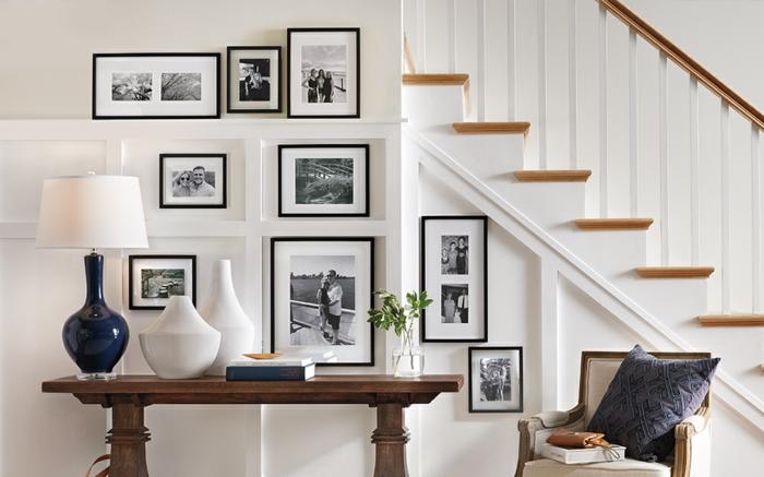 Schwarze und weiße Familienfotografien, Bilder mit Rahmen, Tisch aus Holz, Lampe in blau und weiß, Bilder Wohnzimmer Ideen,