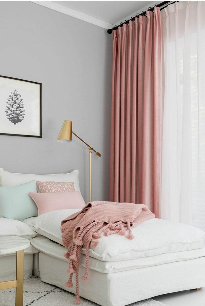 Wohnzimmer grau rosa, Gardinen und Decke in altrosa, Lampe in goldener Farbe, großes Ecksofa in weißer Farbe, schwarz weißes Bild von einem Zapfen,
