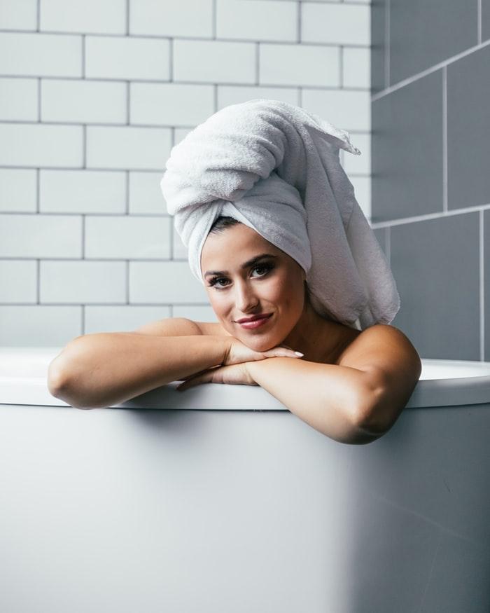 whirlpool badewanne, badeinrichtung ideen, hydrotherapie zuhause, gesundheit