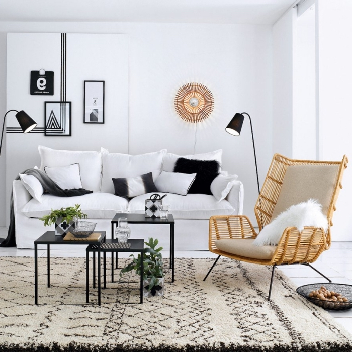 wohnzimmer farben 2019, einrichtung in weiß und schwarz, desginer sessel aus rattan