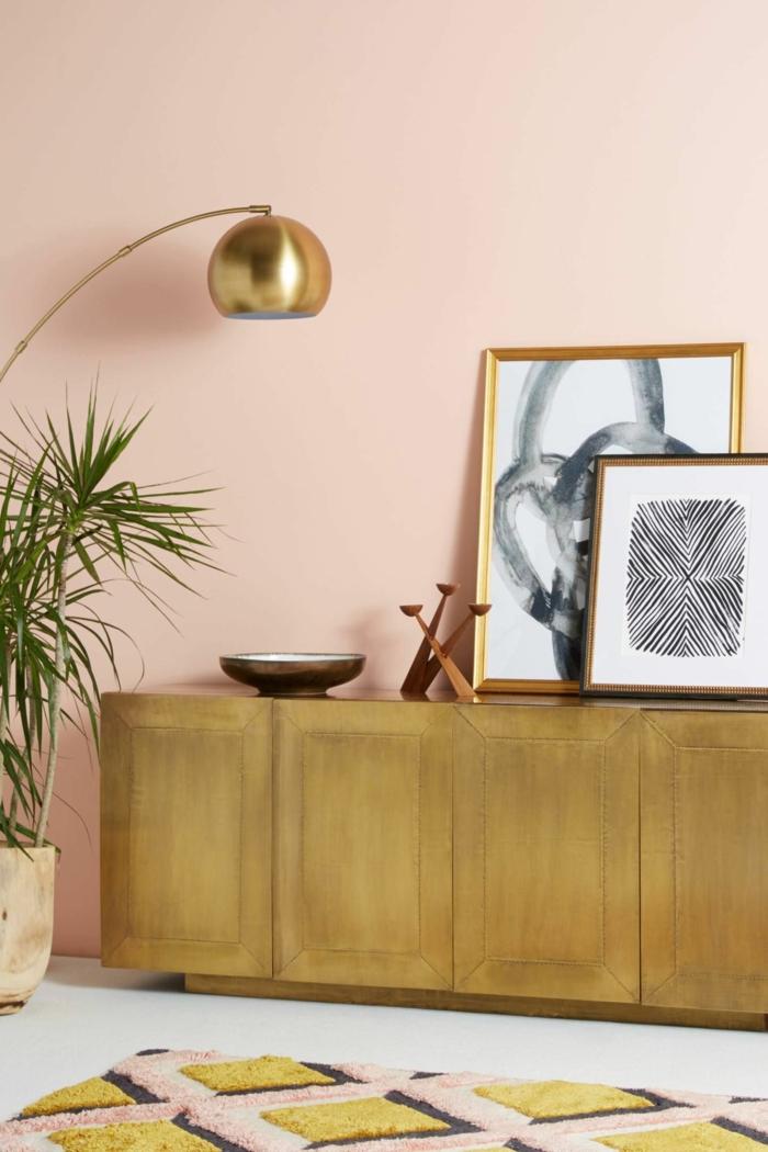 Welche Farbe passt zu altrosa, Kommode in goldener Farbe, Teppich in goldene und rosa Schattierungen, Lampe in gold, schwarz weiße Bilder
