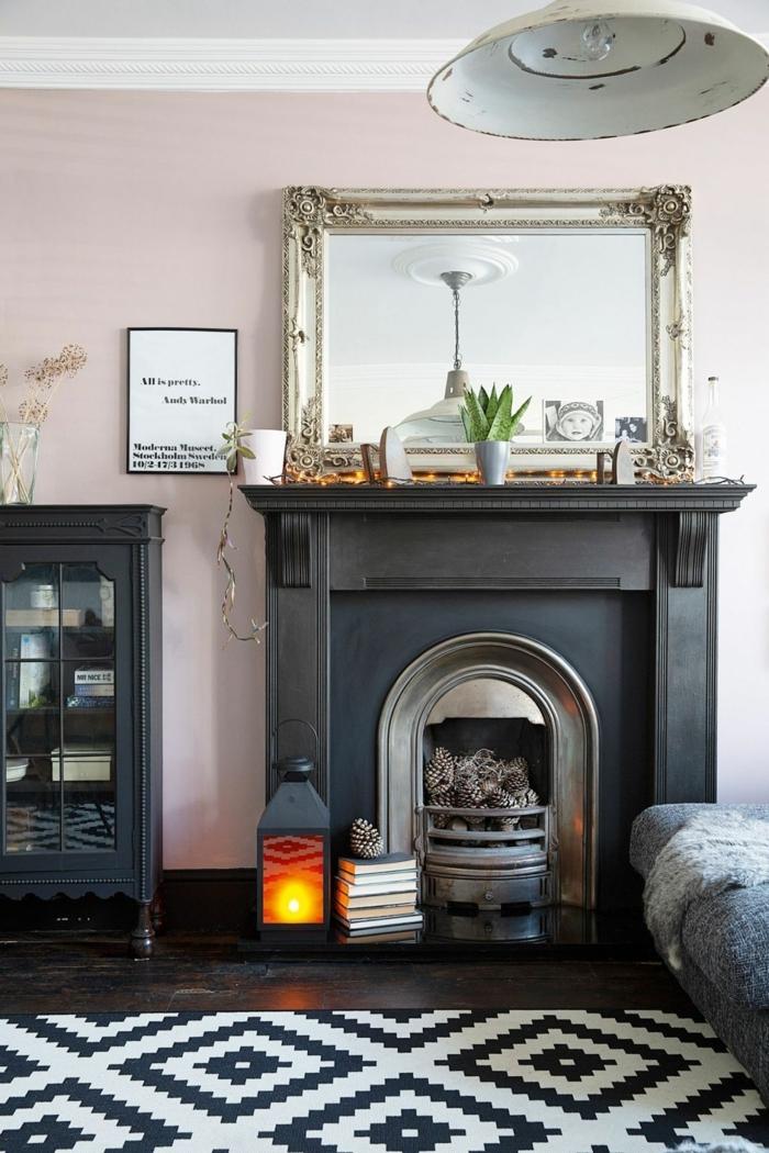 Farben für Wohnzimmer Tipps, schwarzes Kamin mit Spiegel darüber, schwarz weißer geometrischer Teppich,