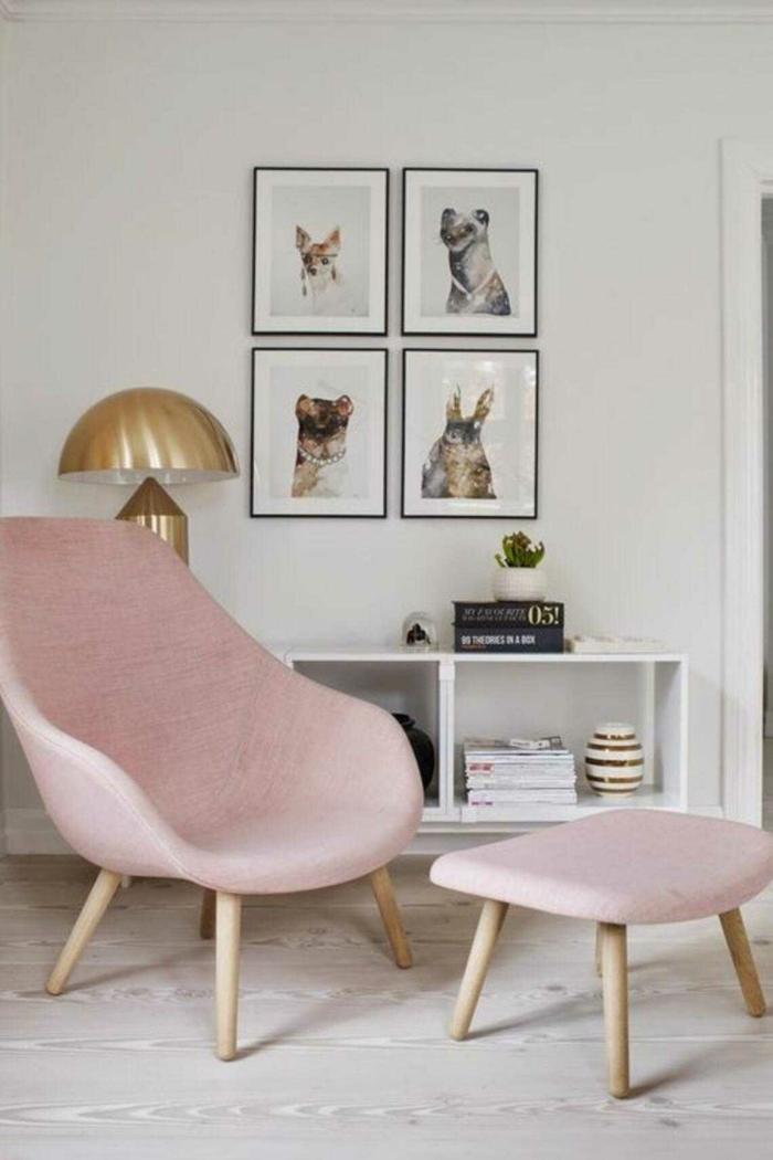 Farben für Wohnzimmer Tipps, Sessel und Stuhl in altorsa, Wandfarbe in weiß, aufgehängte Bilder von Tiere, goldenen Lampe