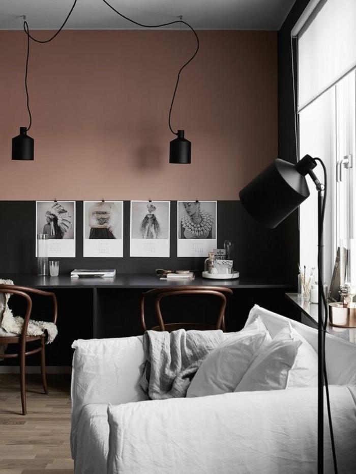 Color Blocking Wand in grau und altrosa, rosa Farbe, aufgehängte schwarz weiße Fotografien, großer Sessel in hellgrau, Pendelleuchtte in schwarz