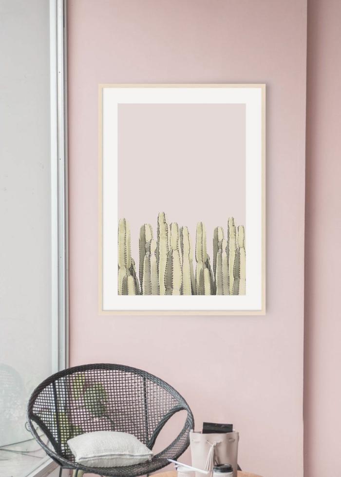 Wandfarbe ispiration in altrosa, kleiner Stuhl in schwarzer Farbe, großes Bild von Kakteen mit rosa Nuancen