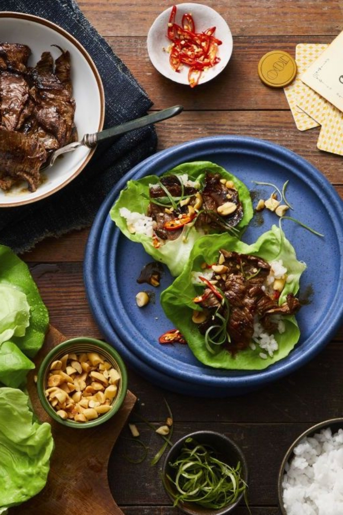 wraps rezepte füllung aus erdnüssen und rotem fleisch, low carb essen, blauer teller