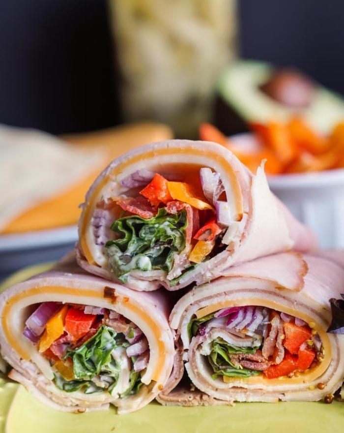 wraps rezepte füllung aus paprika, zwiebel und salatblättern, burittos aus schinken und cheddar