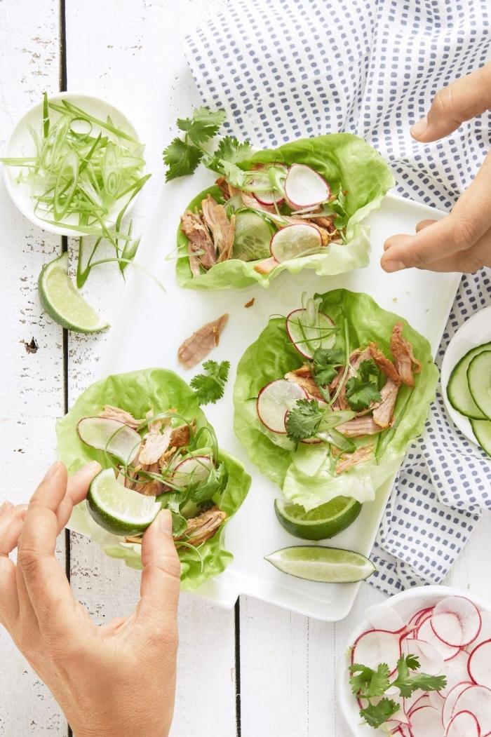 wraps rezepte füllung aus kräutern, truthahnfleishc und radieschen, low carb essen ideen