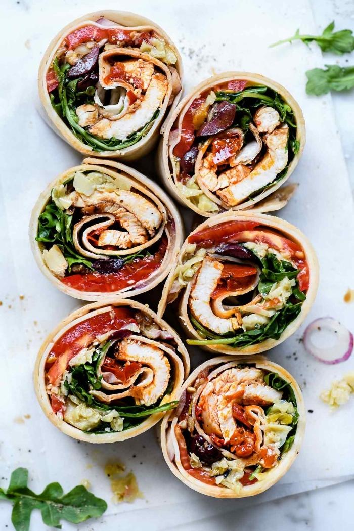 wraps selber machen, burittos mit hänchenfleisch, tomatensoße und kraut, gesundes mittagessen ideen