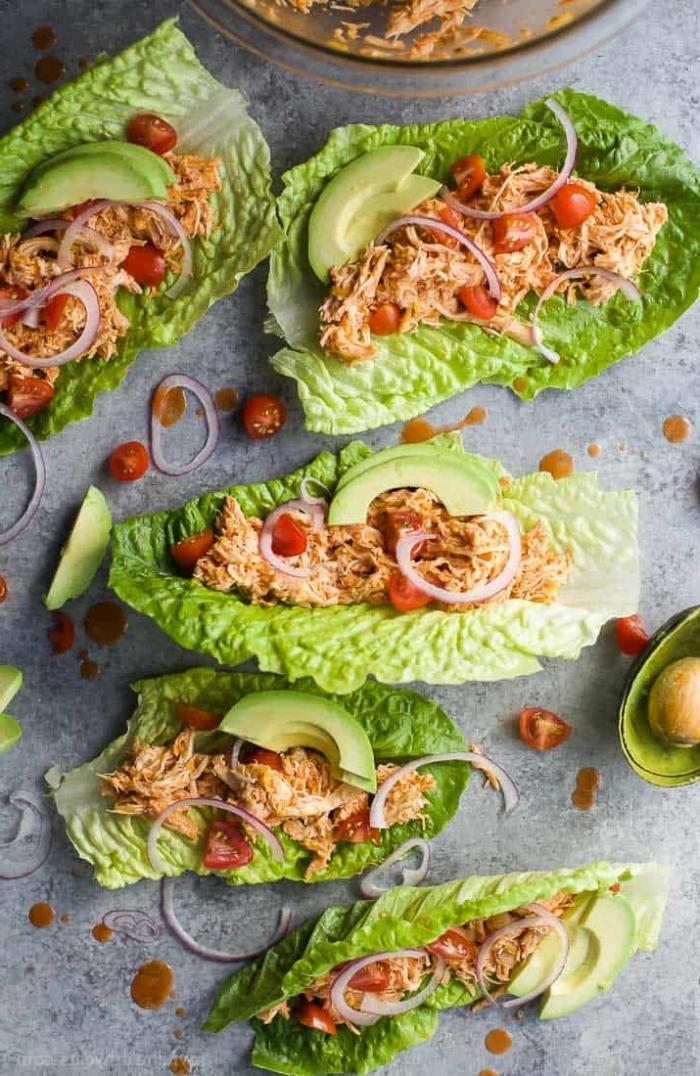 wraps selber machen, gesunde tacos mit hänchenfleisch, buffalo soße, cheery tomaten, zwiebel und avocado