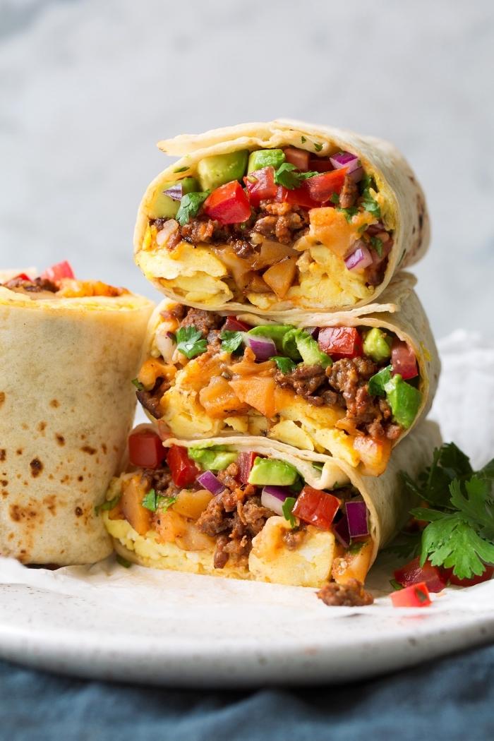 wraps selber machen, burittos mit hackfleisch, eiern, käse und gemüse, gesundes frühstück
