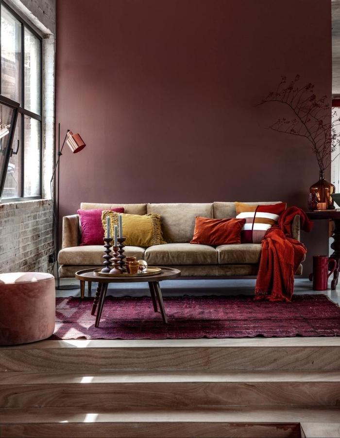zimmer farben, beige sofa, kräftliche farben, wandfarbe beere, wohnzimmerdeko