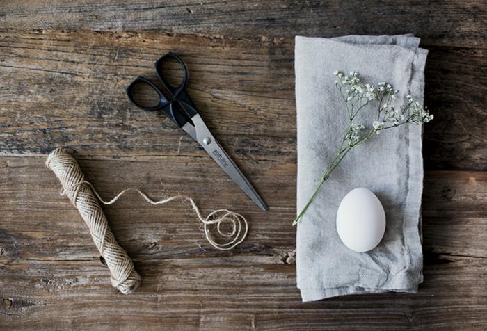Bastelbedarf für Servietten falten Ostern, Tuch und Schnur zum festbinden, schwarze Schere, Bastelideen zu Ostern, weißes Ei