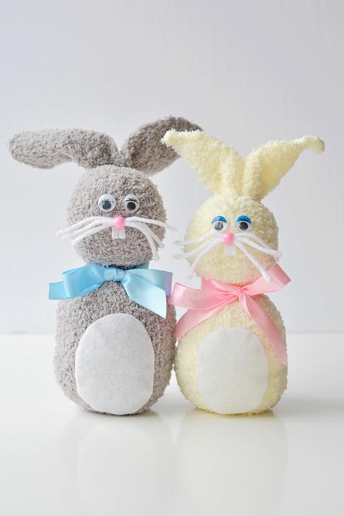 zwei Osterhasen aus Socken basteln in grau und gelb, Osterbasteln mit Kindern Vorlagen und Anleitungen, DIY OSterdekoration