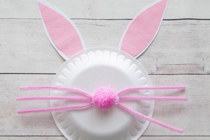 Osterhasen basteln mit Kindern aus weißem Pappteller, Ohre und Nase in pink, Schritt für Schritt Anleitung,