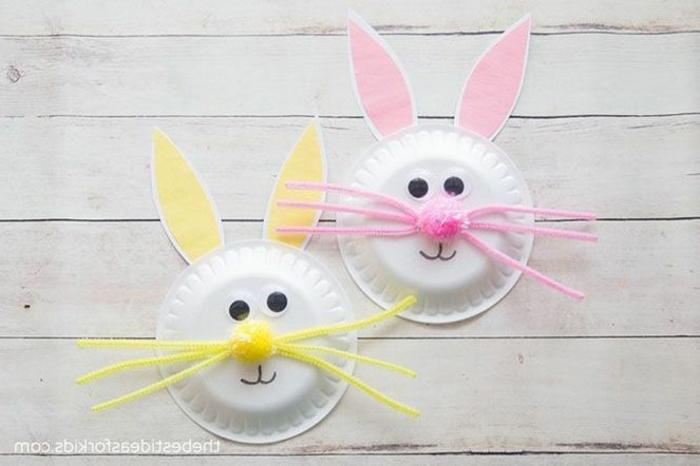 gelbe und pinke Osterhasen Dekoration aus weißem Pappteller, Bastelideen zu Ostern, einfache Idee zum Basteln mit Kindern