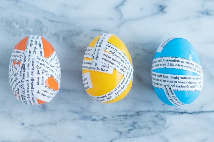 drei Plastikeier in verschiedene Farben, beklebt mit Papierstücken, Osterdekoration selber machen, Upcycling Ideen