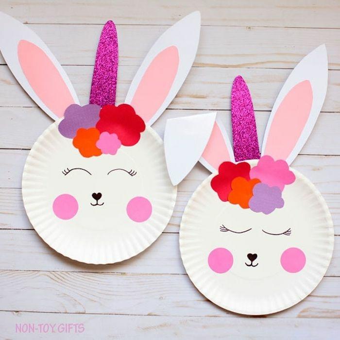 Osterhasen basteln mit Kindern aus weißen Papptellern, zwei Osterhasen mit einem pinken Einhorn und Ohren