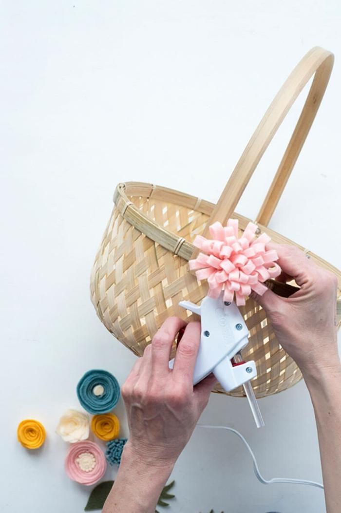 Osterkorb mit Filzblumen selber bastel, DIY Anleitung zum Anfertigen von Blumen, Osterkörbchen basteln aus Naturmaterialien