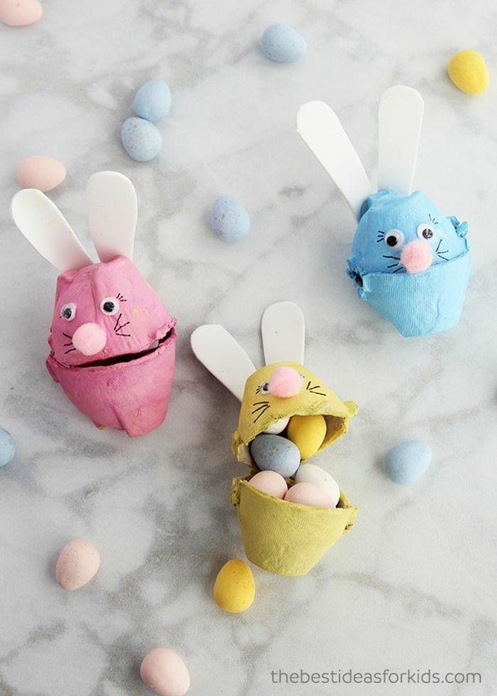 Upcycling Ideen zu Ostern, Osterhasen basteln mit Kindern aus alte Eierkartons, bemalt in pink gelb und blau