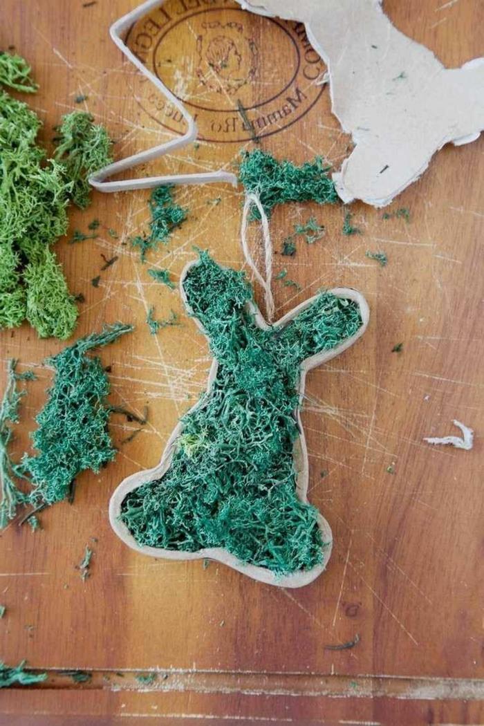 Osterhasen basteln aus Karton und Moos, Osterbasteln mit Kindern Vorlagen und Anleitungen, Osterdeko basteln aus Naturmaterialien
