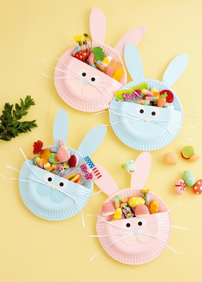Osterhasen aus Pappteller in verschiedene Farben, blau und rosa, Hasennester selbstgemacht, Osterbasteln Kleinkind