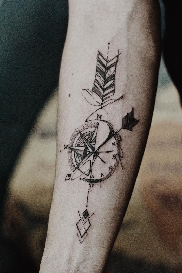 arm tattoo mann, die besten move für mönner, kompass mit uhr und pfeil