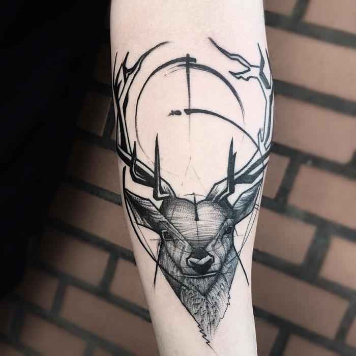 arm tattoo mann, tätowierung mit hirsch als motiv, modernes design in schwarz und grau