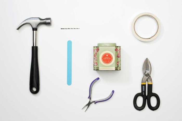 DIY Ideen zum Basteln von Pflanzer, Bastelbedarf zur Anfertigung, Hammer und Schere, alte Teedose für die Pflanzen, Deko für Garten und Terrasse