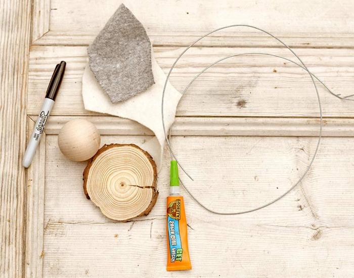 Bastelbedarf zum basteln von Osterhase aus Holz und Feder, Holzplatte und Draht, Osterdeko Holz, Stoff für Ohren und Füße