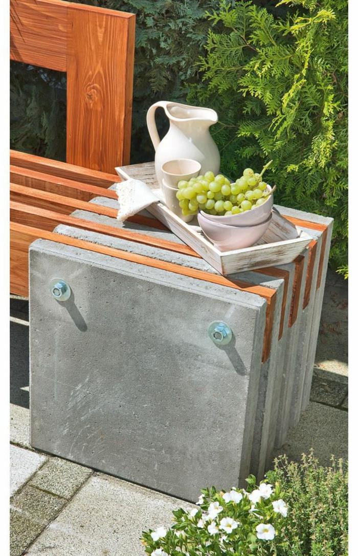 Beton Ideen für den Garten, kleiner Betontisch, Gartendeko basteln aus Naturmaterialien, deko ideen garten, trauben in einer Schale