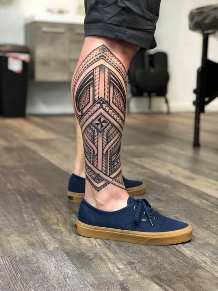 bilder tattoo designs für männer, tätowierung mit polynesichen motiven, tribal