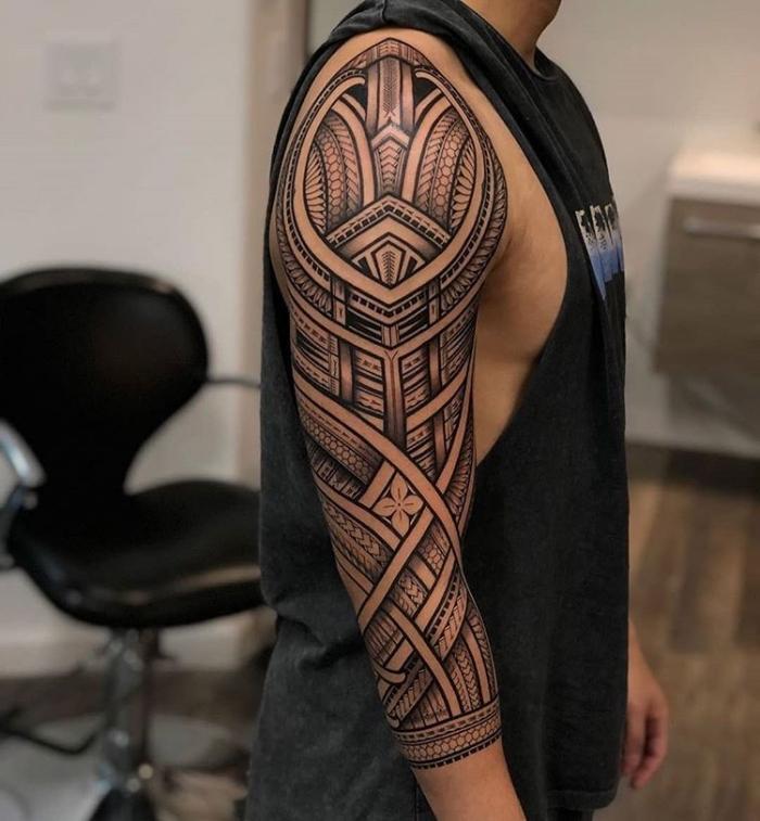bilder tattoo, große blackwork tätowierung am arm, sleeve mit tribalen motiven