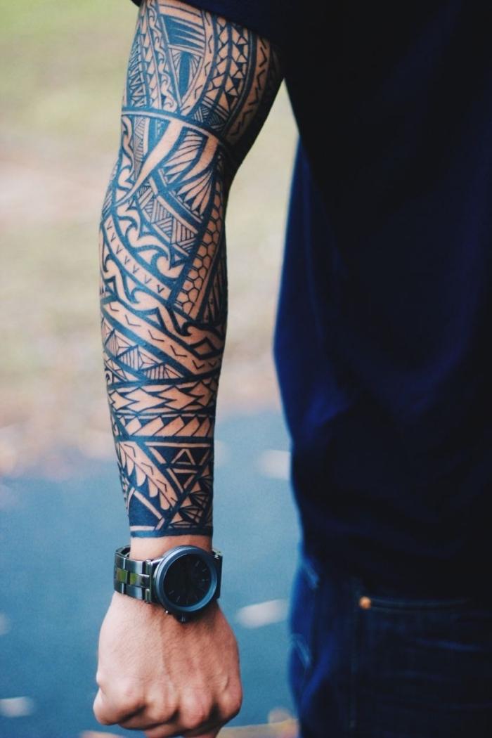 bilder tattoo motive mit bedeutung, blackwork sleeve, polynesische symbole
