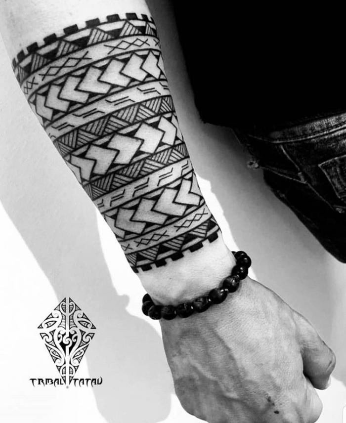 bilder tattoo, tribale tätowierung am unterarm, symbole mit beudetung, polynesische motive