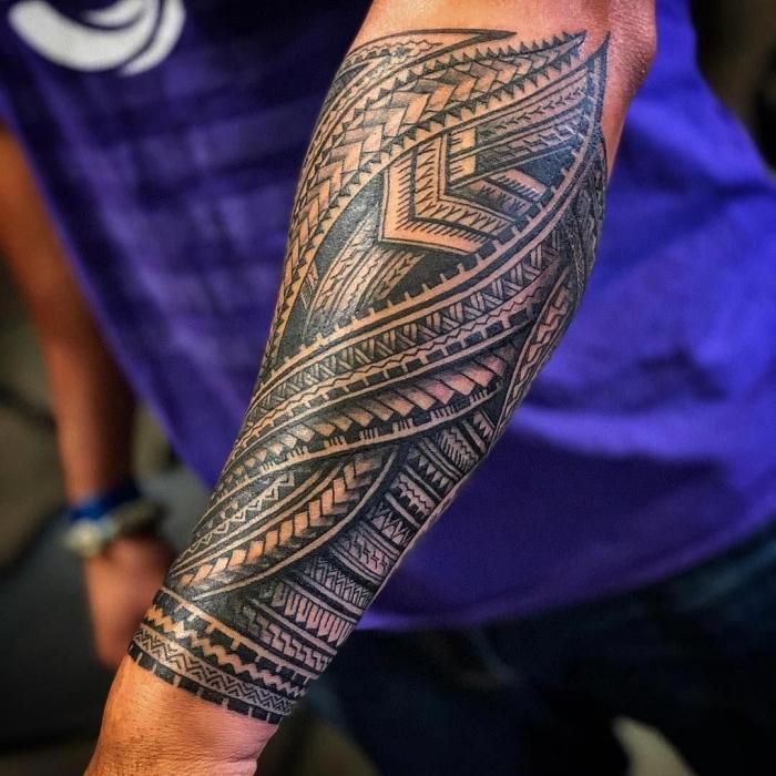 bilder tattoo, tribale motive, detaillierte tätowierung am unterarm, polynesische symbole