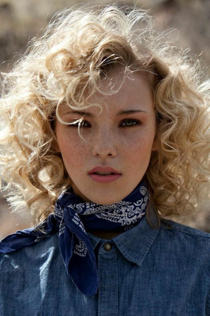 Fotoshooting Nahaufnahme einer blonden Frau in Jeanshemd, Frisuren Locken kurz, Gesicht mit Sommersprossen