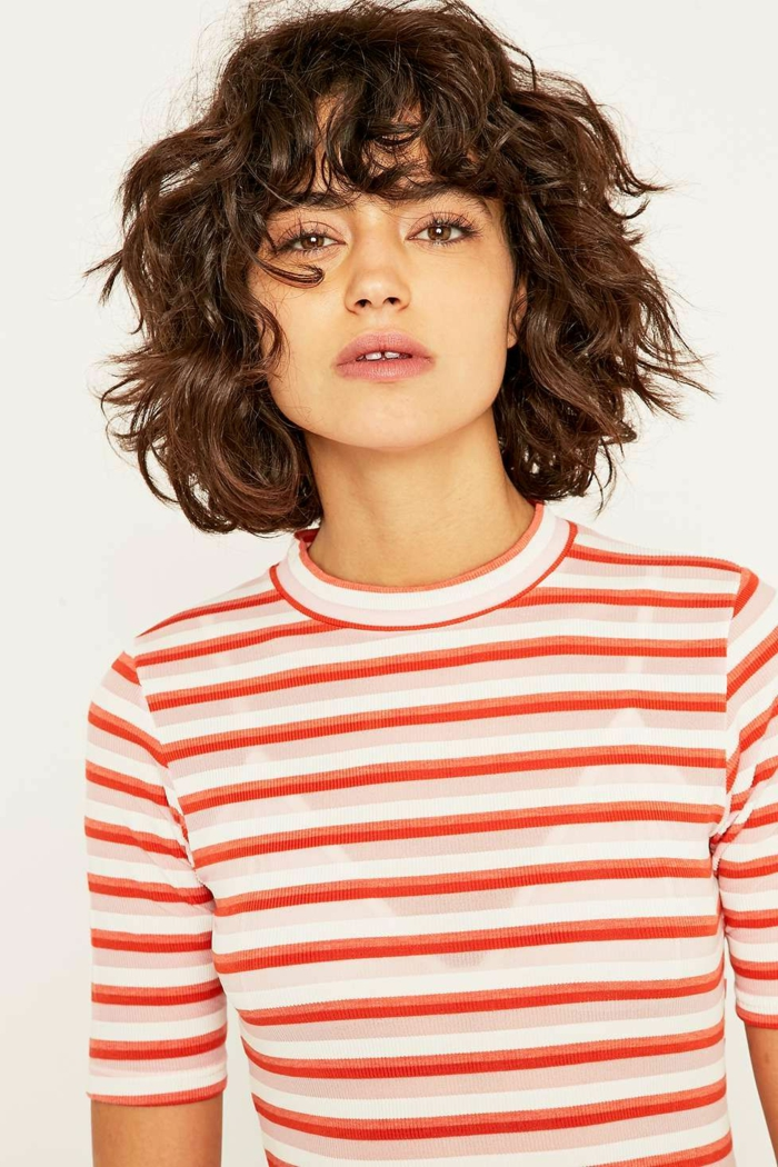 Schicke Kurzhaarfrisuren für lockiges Haar, elegante Dame mit braunen Haaren, gestreifte Bluse in rot und weiß,