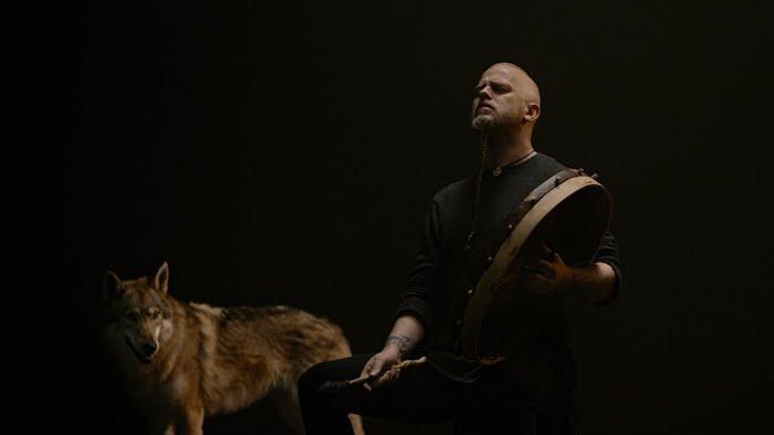 der gründer der band warduna einar selvik und ein wolf, wardruna veröffentlichte das erste video zu dem song gra