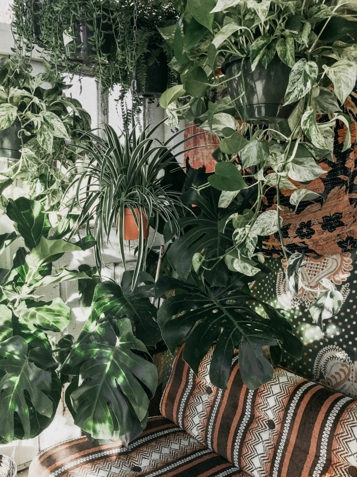 Gartendeko selbstgemacht, viele grüne Pflanzen, Deko Ideen Garten, bunter Couch, bohemische Einrichtung vom Garten