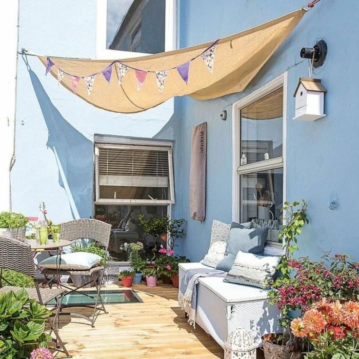 Sichtschutz Garten Ideen selber machen aus Baldachin in gelb, kleiner Kaffeetisch, Haus mit blauen Wänden, Gartengestaltung Ideen Bilder