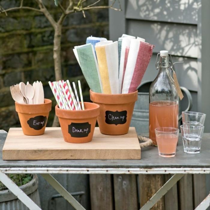 Partydekoration aus Blumentöpfe, voll mit Besteck Strohhalme und bunte Tücher, Gartendeko selbstgemacht