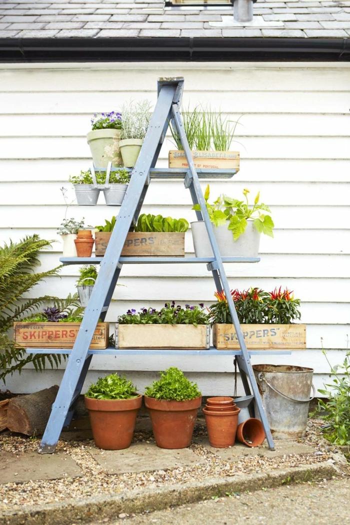 gartendeko selbstgemacht, alte blaue leiter wiederverwenden als Pflanzengestell, Upcycling Ideen Garten, deko ideen garten, ga