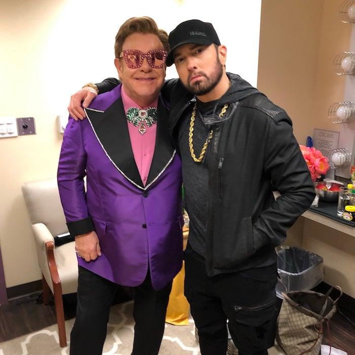 mann mit einer goldenen halskette, sir elton john und der rapper eminem, ein mann mit einem violetten sakko und mit pinken brille